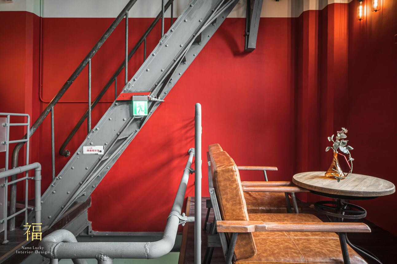國王蝴蝶秘密基地roicafe咖啡廳-工業金屬風格梯間與窗邊座位區|小福砌商業咖啡廳空間設計