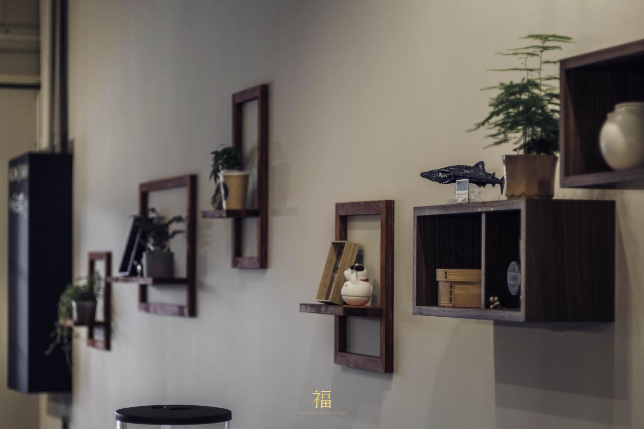 青橙坡上|層架擺飾增加空間協調性|小福砌商空設計