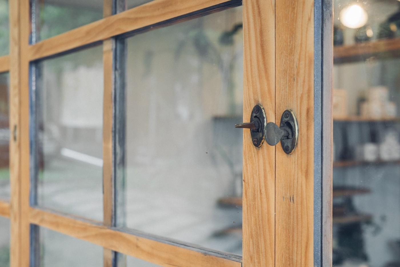 阿里山樟樹湖山角鐵茶屋舊有窗戶再造利用