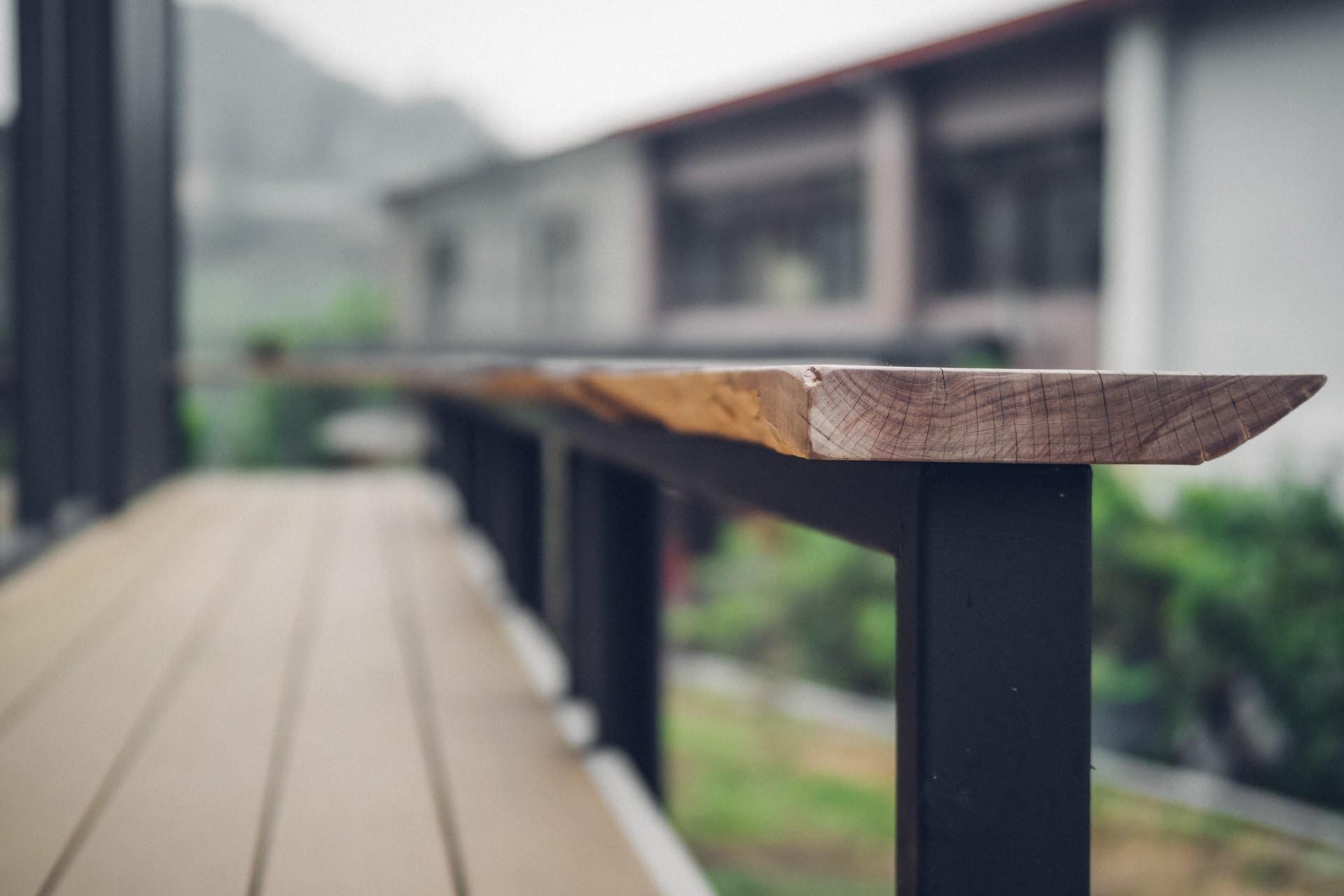 阿里山樟樹湖山角鐵茶屋舊有木板再造圍欄長板凳